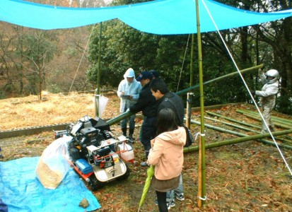 竹材をチップ化するシュレッダー(裁断機)の実演